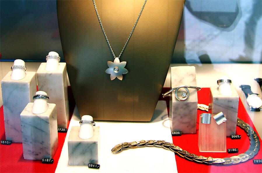 Ringe, Ketten und Uhren im Schaufenster eines Juweliers